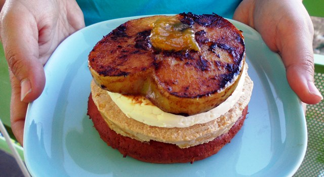 Pintxo de foie y manzana caramelizada sobre galleta de soja y naranja y coulis de mango