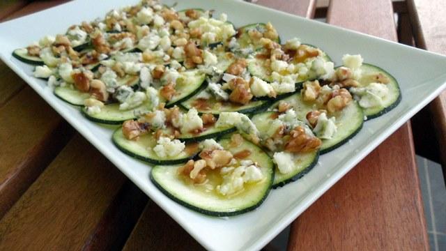 Carpaccio de calabacín con Roquefort y nueces