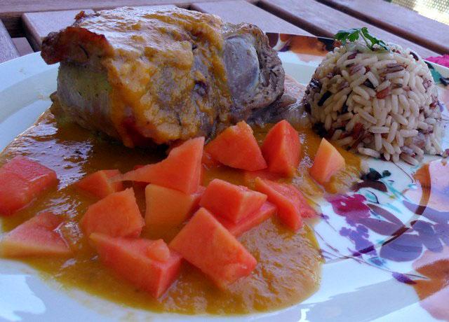 Cordero asado con jengibre y papaya