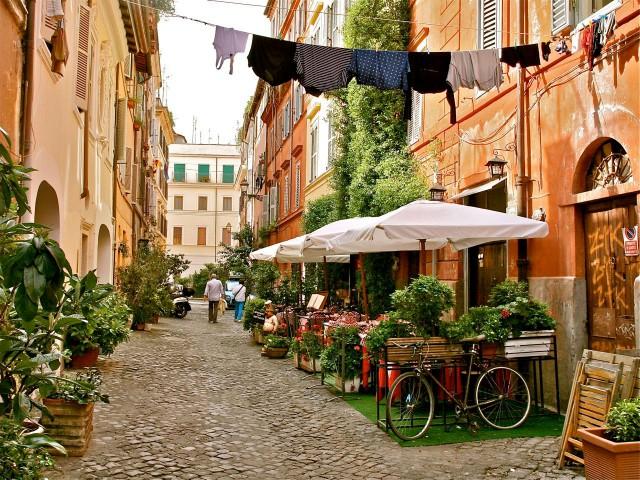 Una calle del Trastévere de Roma. (fuente: http://www.romewithmarisa.com)